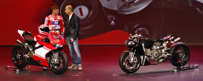Casey Stoner und Claudio Domenicali mit der Ducati 1299 Superleggera, einem Extremsupersportler mit Straßenzulassung