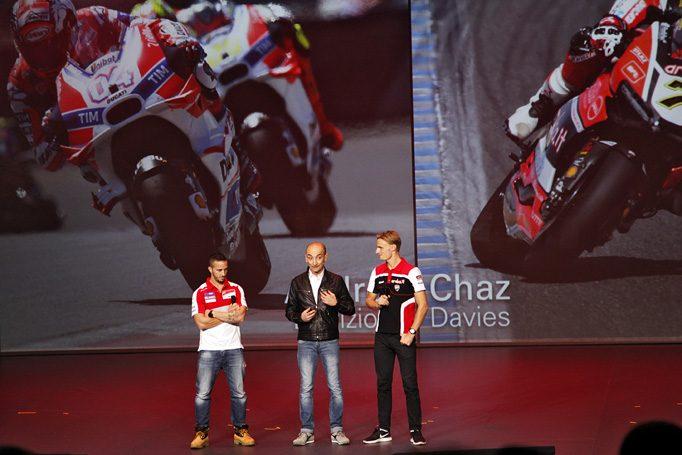 Ducatis CEO Claudio Domenicali bei einem lockeren Plaus mit seinen MotoGP und Superbike WM Siegern Andrea Dovizioso und Chaz Davies
